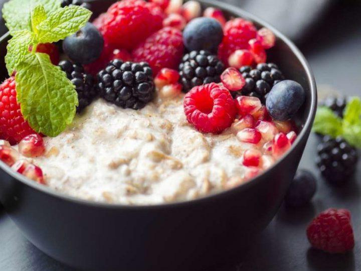 Mic dejun sănătos – budincă de ovăz cu ulei de cocos