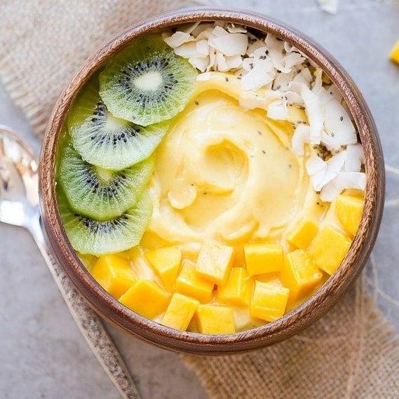 Bol de cocos cu smoothie de ananas, mango și banana